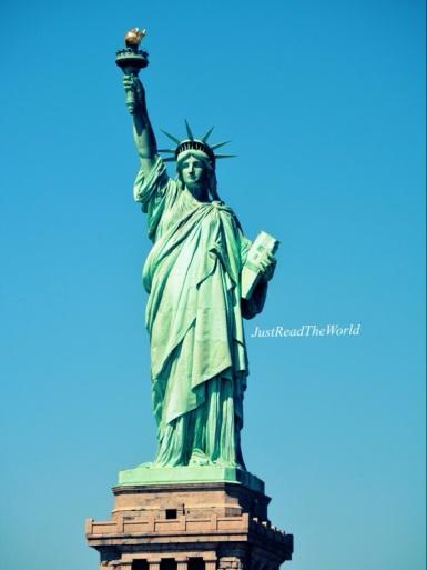 Sotto la Statua della Libertà.