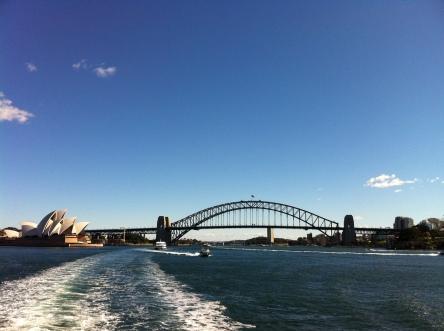 Il Sydney Harbour Bridge e l' Opera House visti dal ferry