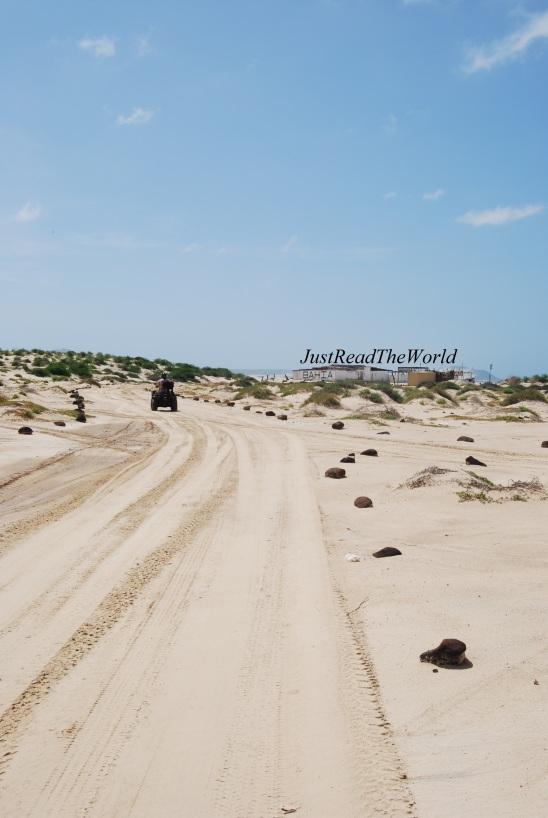Strade di sabbia bianca delineate da sassi