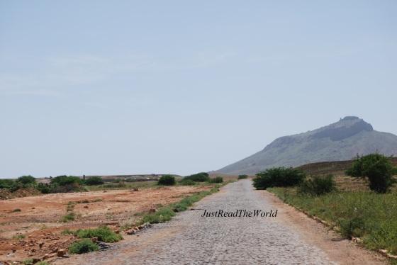 La strada deserta con niente all' orizzonte...
