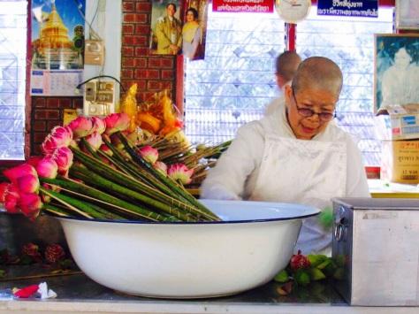 Monaca con alle spalle la foto dei regnanti, Chiang Mai, Thailandia    JustReadTheWorld©